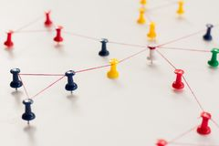 Zazębianie jednostki _ Networking, ogólnospołeczni środki, SNS, internet komunikaci abstrakt Mała sieć łącząca wielki ne fotografia royalty free