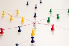 Zazębianie jednostki _ Networking, ogólnospołeczni środki, SNS, internet komunikaci abstrakt Mała sieć łącząca wielki ne obrazy royalty free