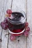 Zazębiony Czerwony Gronowy sok Zdjęcia Royalty Free