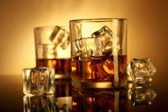 Zazębiony whisky szkło z kostkami lodu zdjęcia stock