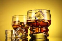 Zazębiony whisky szkło z kostkami lodu zdjęcie royalty free