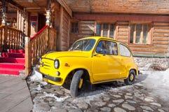 Zaz retro auto op het museum complex weerspiegeld Oud Rusland wordt geparkeerd dat van Izmailovo het Kremlin stock fotografie