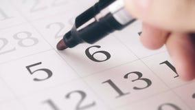 Zaznaczał szóstego 6 dzień miesiąc w kalendarzowych transformatach OPRÓCZ w DAKTYLOWEGO tekst zdjęcie wideo