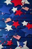 Zaznacza, gwiazdy i serpentyna na Lipu 4, szczęśliwy dzień niepodległości, patriotyzm, pamięć weterani pojęcie dzień niepodległoś obrazy royalty free