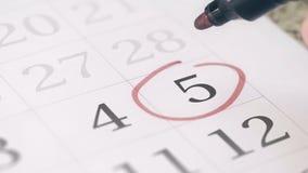 Zaznacza na kwinty 5 dniu miesiąc w kalendarzu, w górę zbiory