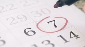 Zaznacza na siódmego 7 dniu miesiąc w kalendarzu, w górę zbiory