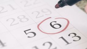 Zaznacza na szóstego 6 dniu miesiąc w kalendarzu, w górę zbiory