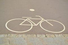 Zaznaczać rowerów pasy ruchu na bruku fotografia royalty free