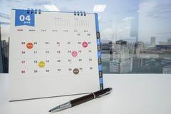 Zaznacza spotkania na Kwietnia kalendarzu i zauważa spotkania i zdjęcia stock
