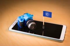 Zaznacza z Copyright symbolem i małą kamerą nad smartphone CDSM metafora obrazy royalty free