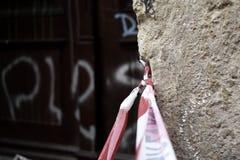 Zbawcza taśma w zdewastowanej ulicie obrazy stock