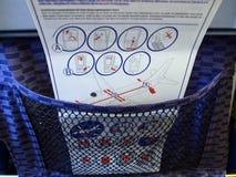 Zbawcze instrukcje w kieszeni samolotowy krzesło zdjęcia royalty free