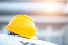 Zbawczego hełma inżynierii pracownika budowlanego wyposażenie, hełm w budowy i budowa pracownika tle zdjęcie royalty free