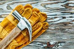 Zbawczy rękawiczka pazura młot na drewnianej desce zdjęcia stock