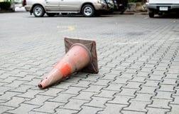 Zbawczy ruchu drogowego rożek na granitowym bruku Obrazy Stock