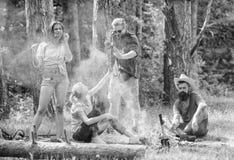 Zbierać dla wielkiego pinkinu Firma ma zabawę podczas gdy piec kiełbasy na kijach Przyjaciele spotyka blisko ogniska wieszać fotografia stock