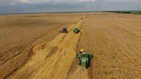Zbierać pszenicznego żniwiarza Rolnicza maszyny żniwa adra na polu zbiory