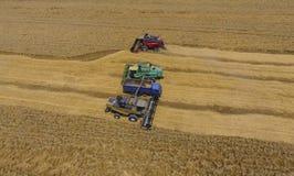 Zbierać pszenicznego żniwiarza Rolnicza maszyny żniwa adra na polu Obrazy Royalty Free