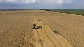 Zbierać pszenicznego żniwiarza Rolnicza maszyny żniwa adra na polu Zdjęcie Royalty Free