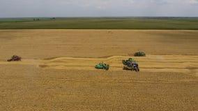 Zbierać pszenicznego żniwiarza Rolnicza maszyny żniwa adra na polu Zdjęcia Royalty Free