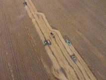 Zbierać pszenicznego żniwiarza Rolnicza maszyny żniwa adra na polu Fotografia Royalty Free