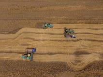 Zbierać pszenicznego żniwiarza Rolnicza maszyny żniwa adra na polu Obraz Royalty Free