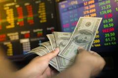 Zbiera banka dolary Pieniądze jest biznesowym inwestycją globalnym rynkiem papierów wartościowych i obrazy stock