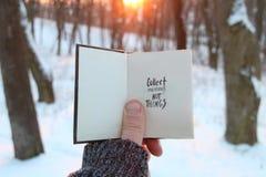 Zbiera moment nie rzeczy Inspiracyjne wycena Podróży lub wycieczki cincept Książka i tekst ilustracyjny projekt nad bielem Zdjęcie Royalty Free