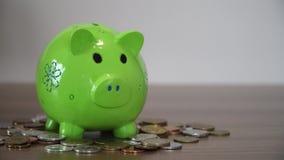 Zbiera pieniądze w oszczędzanie świni, prosiątko bank zbiory wideo