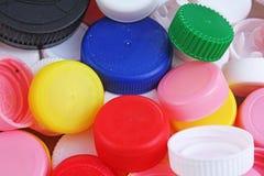 Zbiera plastikowe butelek nakrętki Zakończenie strzał sterta recyclable plastikowe butelek nakrętki na białym tle tła butelki nak Obrazy Stock