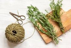 Zbierać ziele dla zima odgórnego widoku na drewnianym tle Fotografia Royalty Free
