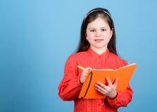 Zbieracka ankiety informacja Mała dziewczynka pisze zawiadomieniu informacja Ma?y dziecko z ewidencyjnymi materia?ami zdjęcia royalty free