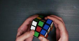 Zbierający kolorowego łamigłówka sześcianu zakończenie up zdjęcie wideo
