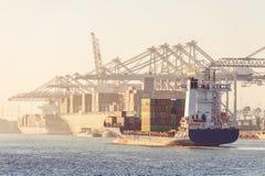Zbiorników statki przyjeżdża i rozładowywa przy transhipment brzęczeniami obraz stock