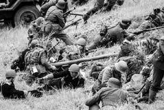 Zbiornik broń z żołnierzami czarny i biały Fotografia Royalty Free