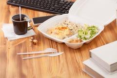 Zbiornik dla jedzenia na drewnianym stole w biurze Obraz Royalty Free