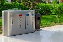 Zbiornik dla oddzielnej kolekci śmieci i łzawica z ashtray na ulicie, sharm el sheikh, Egipt Fotografia Royalty Free