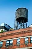Zbiornik wodny na wierzchołku budynek, Nowy Jork Obrazy Royalty Free