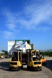 zbiornik wyładowywa ciężarówkę. obraz stock