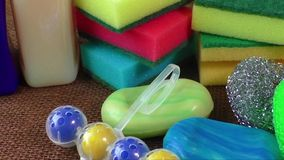 Zbiornik z cieczem dla szkła, mydło, kolorowe gąbki dla myć zbiory wideo