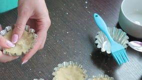 Zbiornik z rozciekłym masła kucharstwa tortem Womand inni składniki dla gotować torty Formy dla piec torty Stojak na stole zdjęcie wideo