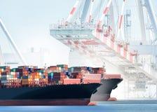 Zbiornika ładunku statek z pracującym żurawia mostem w stoczni tle Zdjęcia Stock