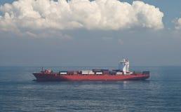 Zbiornika ładunku horyzont i statek Obraz Royalty Free