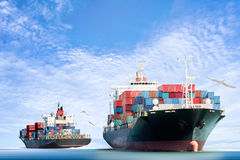 Zbiornika ładunku statek w oceanie z ptakami lata w niebieskim niebie Zdjęcie Stock