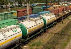 Zbiornika pociąg rusza się wzdłuż poręczy Zdjęcia Stock