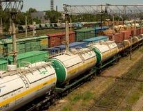 Zbiornika pociąg rusza się wzdłuż poręczy Obrazy Royalty Free