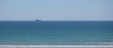 Zbiornika przewieziony statek w sylwetce na Atlantyckim oceanie zdjęcie royalty free