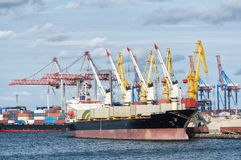 Zbiornika statek blisko portu zdjęcie royalty free