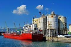 Zbiornika statek na terminal w port morski genui, Włochy Obrazy Stock