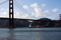 Zbiornika statek Pod Golden Gate Bridge Przylatującym Obrazy Stock